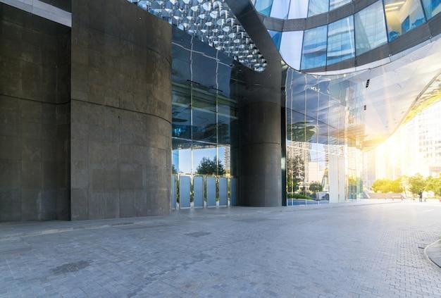 Gebouwen met lege concrete vierkante vloer, de nieuwe stad van qianjiang, hangzhou, china