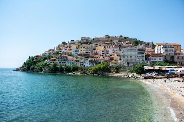 Gebouwen van de stad kavala, griekenland, omgeven door het water