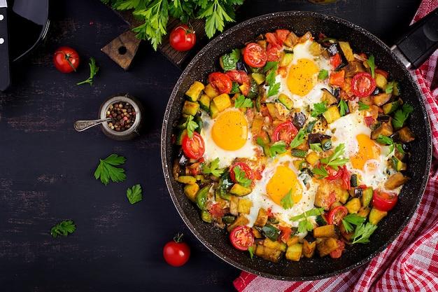 Gebraden eieren met groenten