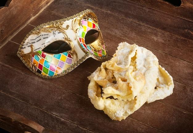 Gebraden gebakje van italiaans carnaval met venetiaans masker.