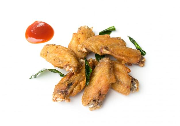 Gebraden geïsoleerde kippenvleugels en ketchup