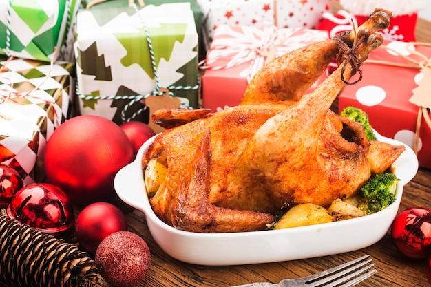 Gebraden hele kip met kerstversiering