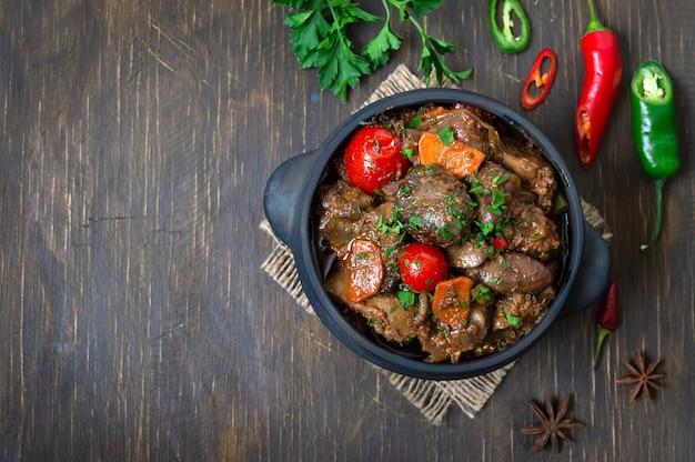Gebraden kalkoenlever met groenten in een pot. heerlijke dieetmaaltijd. rustieke stijl. bovenaanzicht. kopieer ruimte.