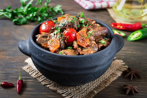 Gebraden kalkoenlever met groenten in een pot. heerlijke dieetmaaltijd. rustieke stijl.