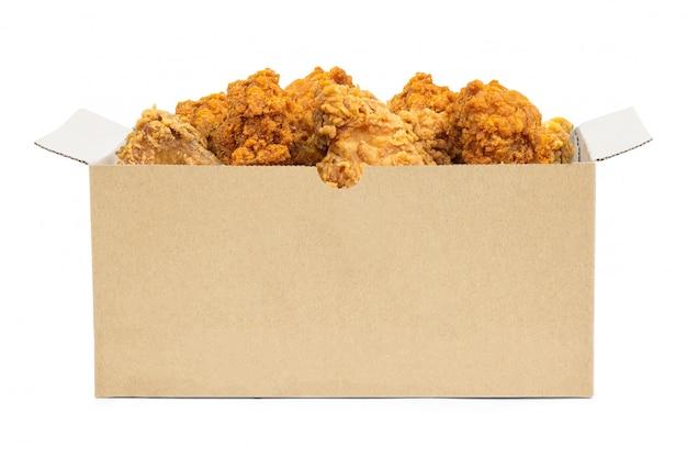 Gebraden kip in kartondoos die op witte achtergrond wordt geïsoleerd.