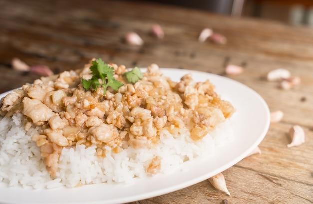 Gebraden kip met knoflook op rijst.