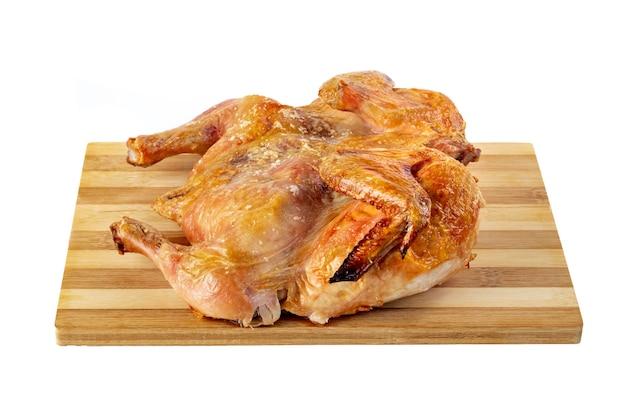 Gebraden kip op het houten bord dat op wit wordt geïsoleerd. voedsel