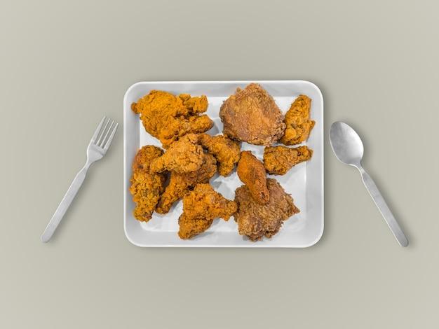 Gebraden kip op witte plaat die op lijst wordt gediend. concept van veel eten.