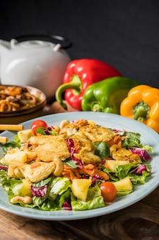 Gebraden kippenfilet en groentensalade op ceramische plaat