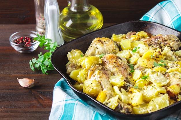 Gebraden kippenpoot met aardappelen met karwij en knoflook.