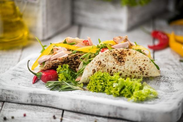 Gebraden kippenvlees met groenten in pitabroodje