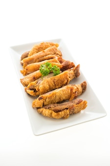 Gebraden knapperig varkensvlees dat op witte achtergrond wordt geïsoleerd