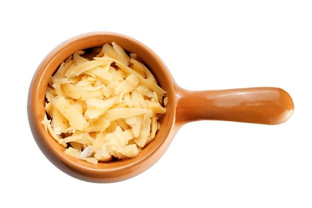 Gebraden met groenten, vlees en kaas in aardewerk. isolatie