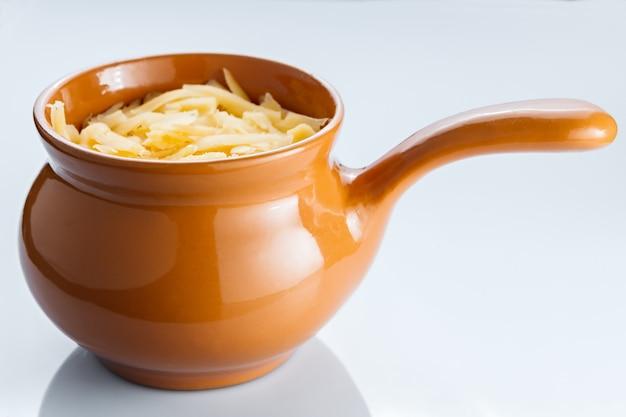 Gebraden met groenten, vlees en kaas in aardewerk.