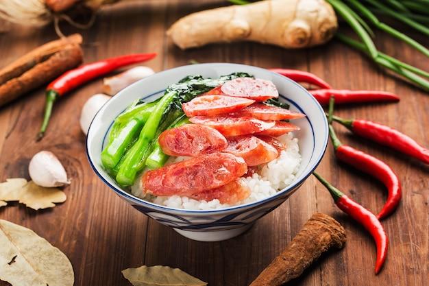 Gebraden rijst met worst chinees voedsel