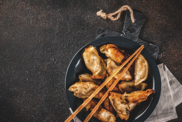 Gebraden traditionele aziatische bollen gyoza