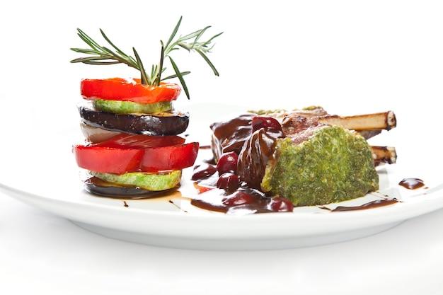 Gebraden vlees met gegrilde groenten