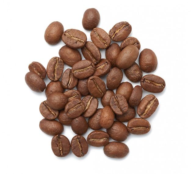 Gebrande arabica van koffiebonen die op een witte achtergrond wordt geïsoleerd