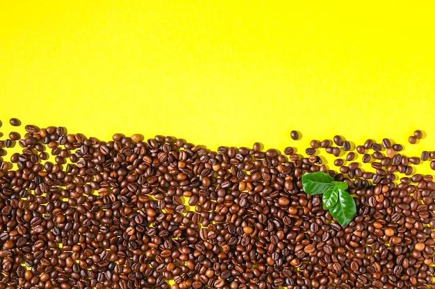 Gebrande bruine koffiebonen op een achtergrond