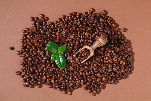 Gebrande bruine koffiebonen op een bruine ondergrond
