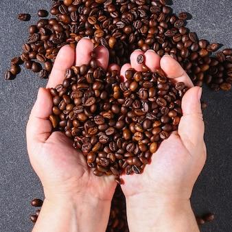 Gebrande bruine koffiebonen op een grijze ondergrond