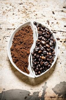 Gebrande koffiebonen en gemalen koffie op rustieke tafel.