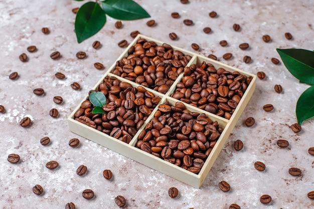 Gebrande koffiebonen en koffieboonvormige koekjes
