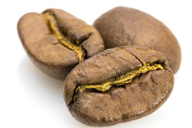 Gebrande koffiebonen geïsoleerd op een witte achtergrond knipsel