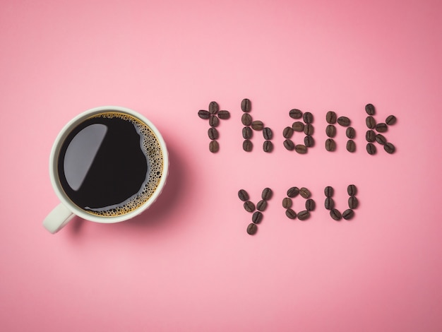 Gebrande koffiebonen gerangschikt in letters
