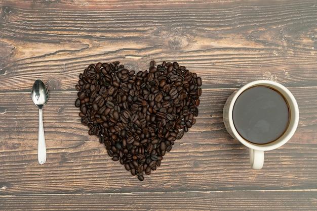 Gebrande koffiebonen, ik hou van koffie, hart met gebrande koffiebonen.