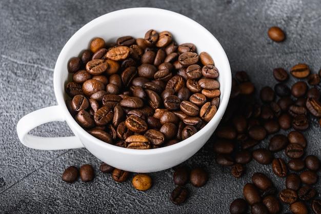Gebrande koffiebonen in beker bovenaanzicht