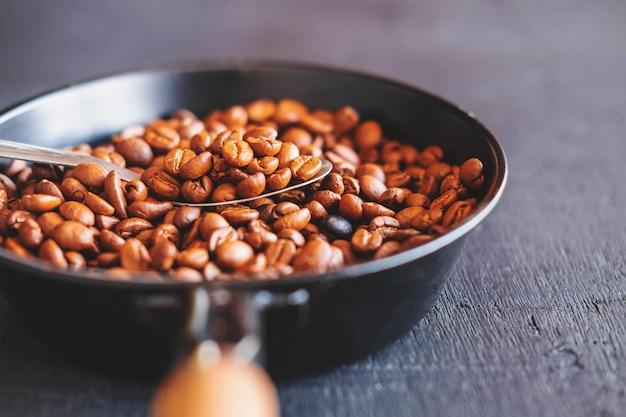 Gebrande koffiebonen in een pan