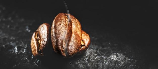 Gebrande koffiebonen met aromatische rook.