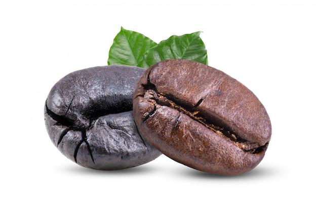 Gebrande koffiebonen met bladeren geïsoleerd op wit
