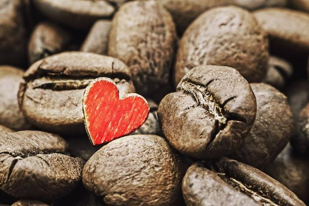 Gebrande koffiebonen met houten rood hart