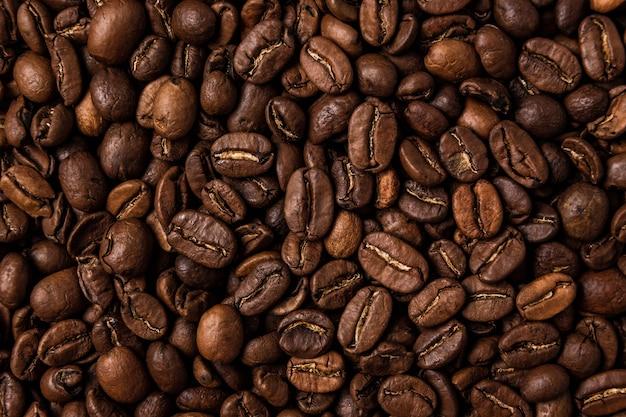 Gebrande koffiebonen op tafel