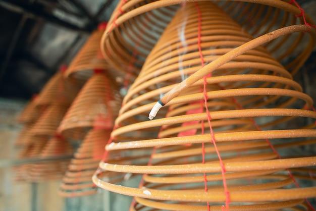 Gebrande spiraalwierook in de tempel van macau (macao), traditionele chinese culturele gebruiken om god te aanbidden, close-up, levensstijl.
