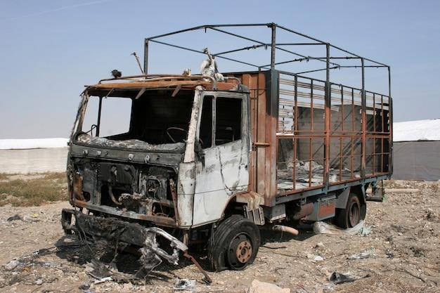 Gebrande verlaten vrachtwagen, vrachtwagen vernietigd door brand