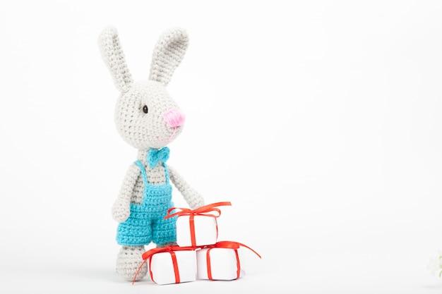 Gebreid konijn met een hart. st. valentijnsdag decor. gebreide speelgoed, amigurumi, wenskaart.