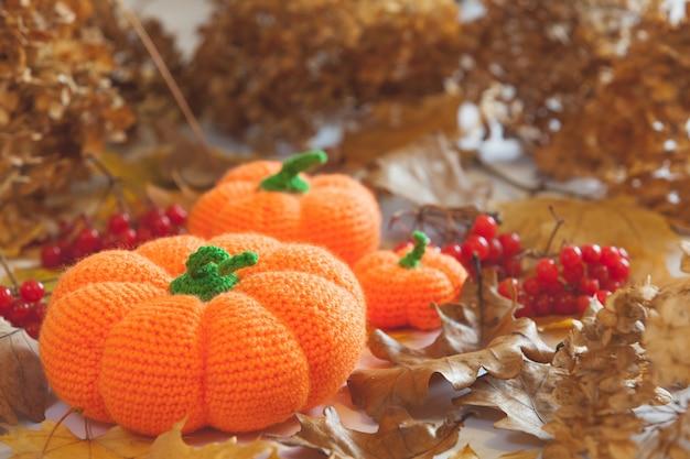 Gebreide amigurumi-pompoenen en vleermuizen op halloween