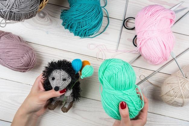 Gebreide egel met ballonnen, gebreid handgemaakt amigurumi-speelgoed.