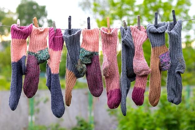Gebreide gewassen sokken drogen aan een waslijn