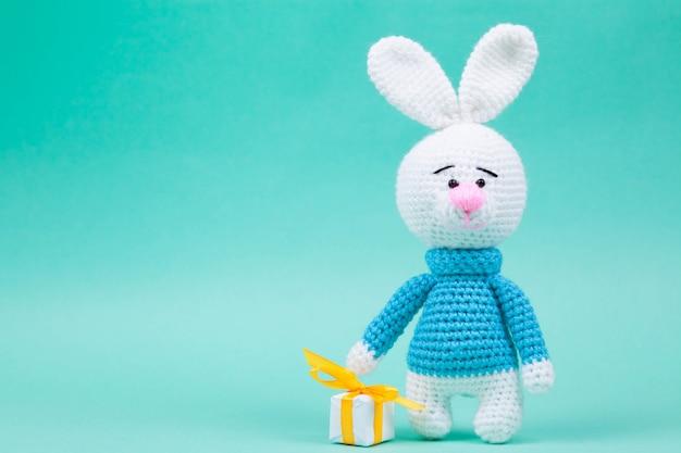 Gebreide handgemaakte amigurumi met kleine konijnen