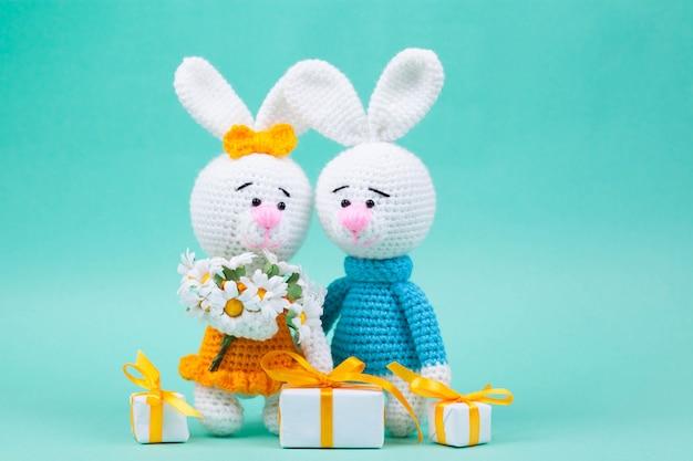 Gebreide kleine konijnen handgemaakt