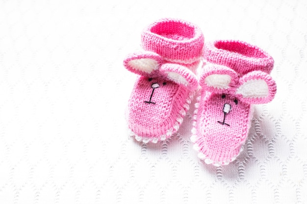 Gebreide roze babyslofjes en dekentje voor klein meisje