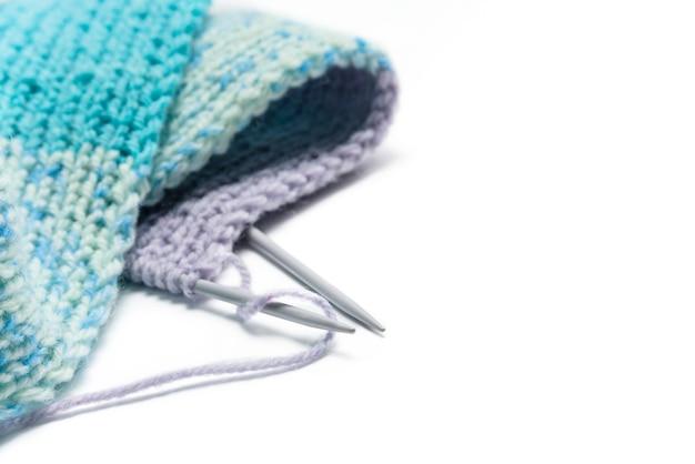 Gebreide sjaal en breinaalden close-up