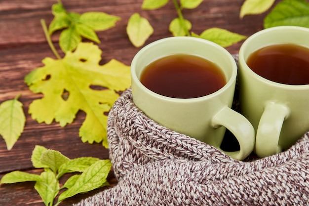Gebreide sjaal met warme kop thee