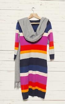 Gebreide trui op houten kledingrek