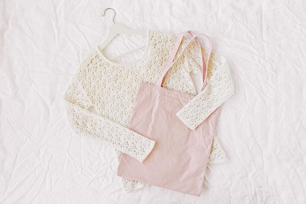 Gebreide witte trui met draagtas. herfst/winter mode kleding collage op witte achtergrond. bovenaanzicht plat lag.