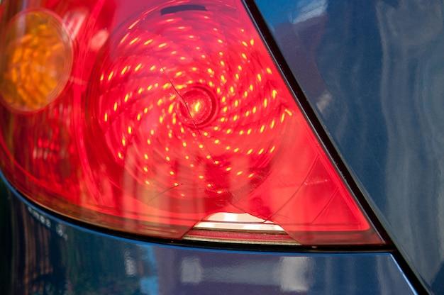 Gebroken autokoplamp achter close-up